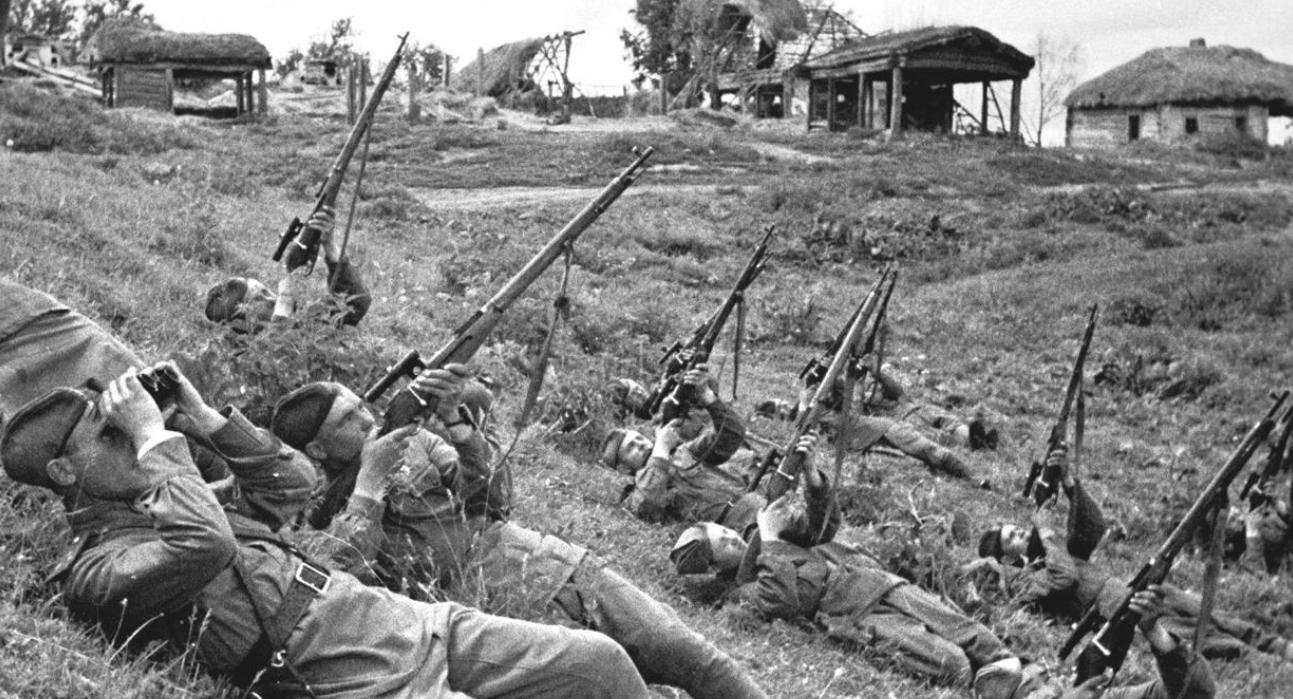 Бойцы стреляют по самолету из винтовки Мосина
