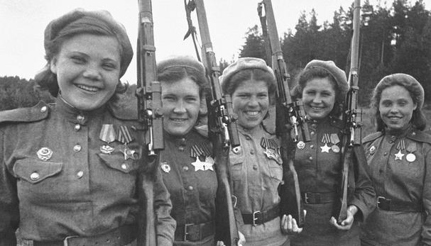 Девушки-бойцы с винтовкой Мосина