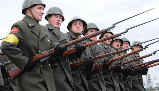 Солдаты Советской армии с винтовкой Мосина
